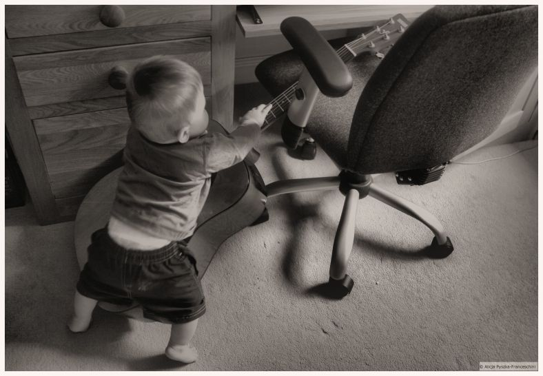 toddler and the guitar_
